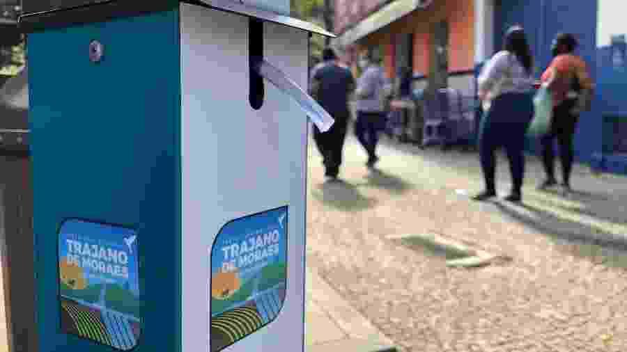 5.ago.2020 - Totens com álcool em gel foram instalados em frente a comércio, bancos e na praça de Trajano de Moraes (RJ) - Herculano Barreto Filho/UOL