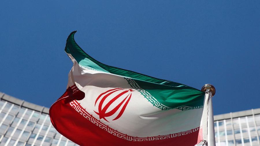 Imagem de arquivo da bandeira do Irã; Araghchi será substituído por Ali Bageri, próximo ao novo presidente, o ultraconservador Ebrahim Rais - Heinz-Peter Bader/Reuters