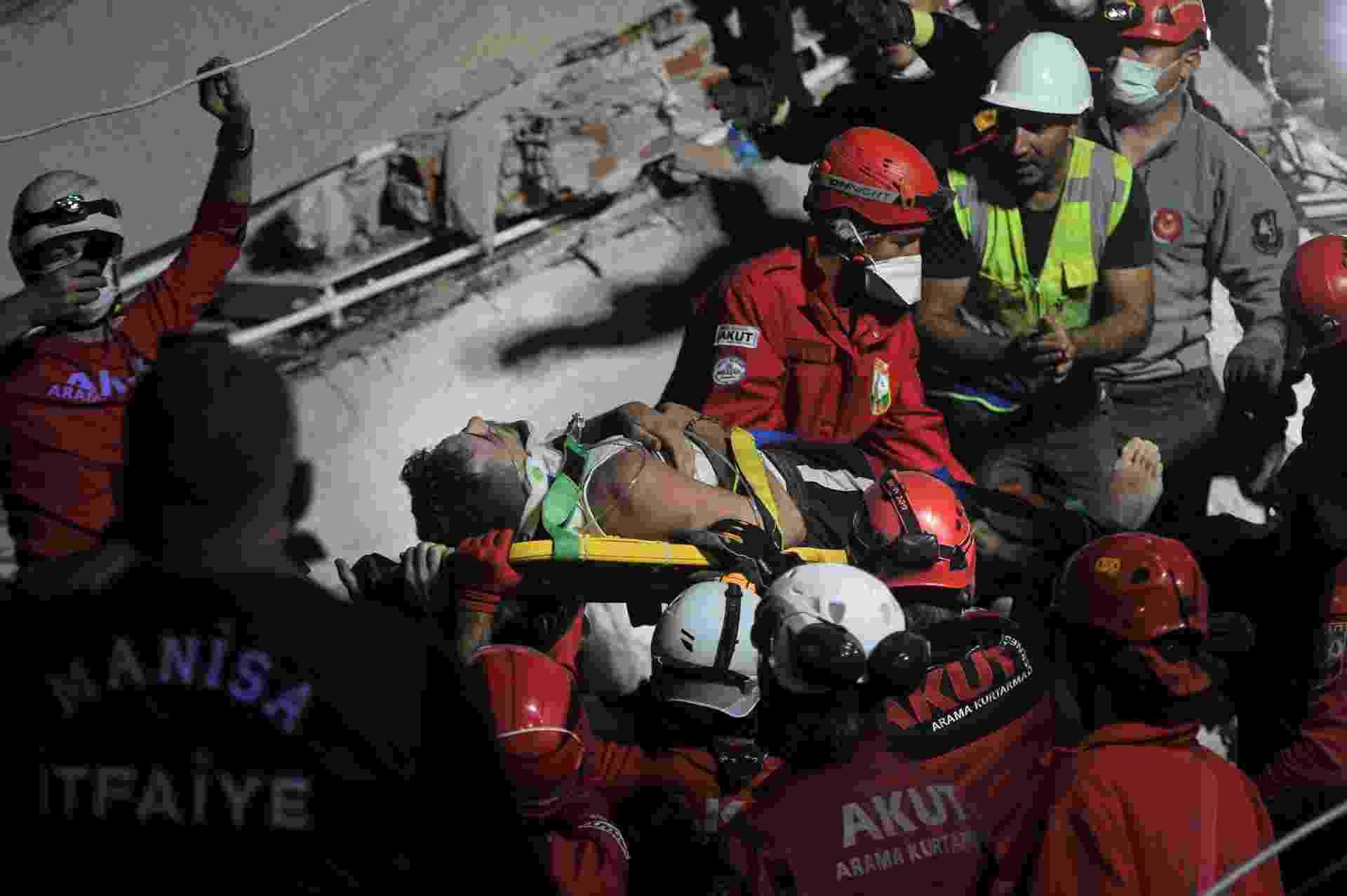30 out. 2020 - Pessoas resgatando feridos após terremoto em Izmir, na Turquia - Getty Images/Getty Images