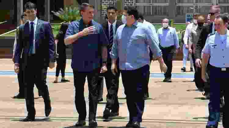 Presidente da República, Jair Bolsonaro (sem partido), e presidente do Senado, Davi Alcolumbre (DEM-AP), na Base Aérea de Brasília antes de embarcar para Macapá - Reprodução - Reprodução