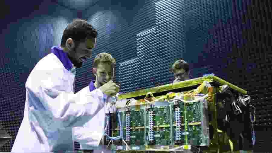 Técnicos da empresa Iceye, da Finlândia, testam um satélite-radar numa câmara anecoica - Iceye/Divulgação