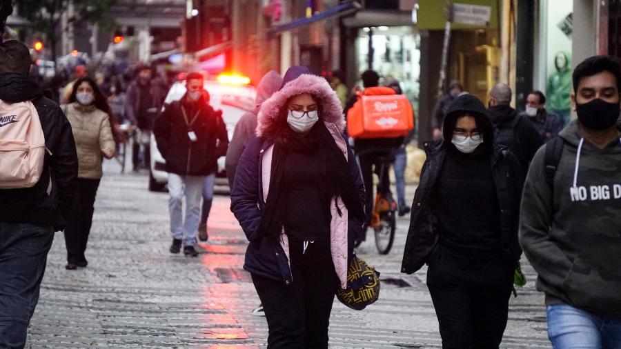 Pedestres enfrentam frio intenso na região central da cidade de São Paulo. Com temperatura de 4,7ªC, a capital registrou hoje a menor mínima do ano - CRIS FAGA/ESTADÃO CONTEÚDO
