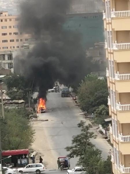 30.ago.2021 - Chamas de carros onde foguetes em direção ao aeroporto de Cabul foram disparados - AAMAJ News Agency via Reuters