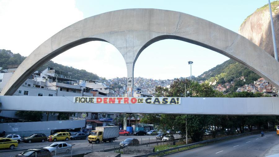 Faixa colocada por moradores incentivou o isolamento social na favela da Rocinha, em maio de 2020 - Jorge Hely/ FramePhoto/ Folhapress
