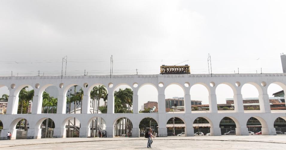 27.jul.2015 - Bondinho de Santa Teresa passa pelos arcos da Lapa, na região central do Rio de Janeiro, na manhã desta segunda-feira (27), primeiro dia de pré-operação do sistema
