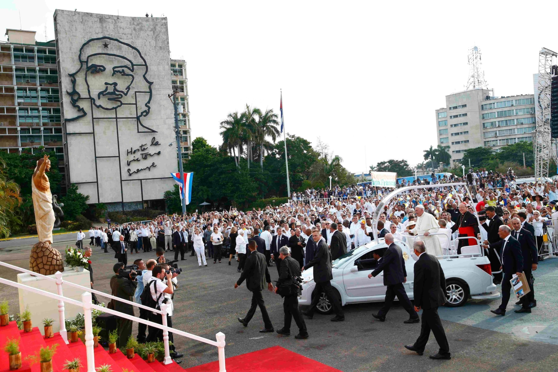 20.set.2015 - Papa Francisco chega na Praça da Revolução, em Havana, Cuba, para celebrar missa, no segundo dia de sua visita a Cuba. Milhares de cubanos se reuniram no local desde a madrugada deste domingo