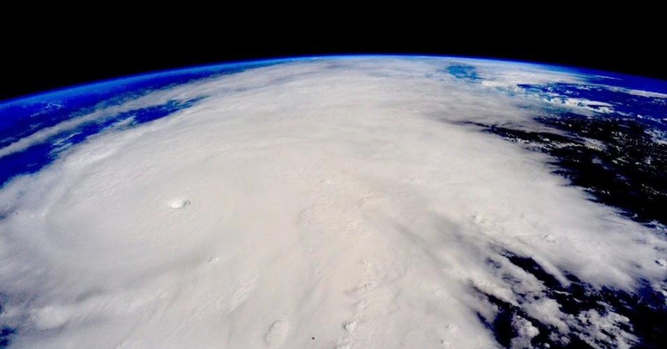 23.out.2015 - Em imagem feita da Estação Espacial Internacional é possível ver o furacão Patricia se aproximando da costa oeste do México. A tempestade atingiu a categoria 5, a mais alta na escala de Saffir-Simpson, o que levou o governo mexicano a declarar estado de