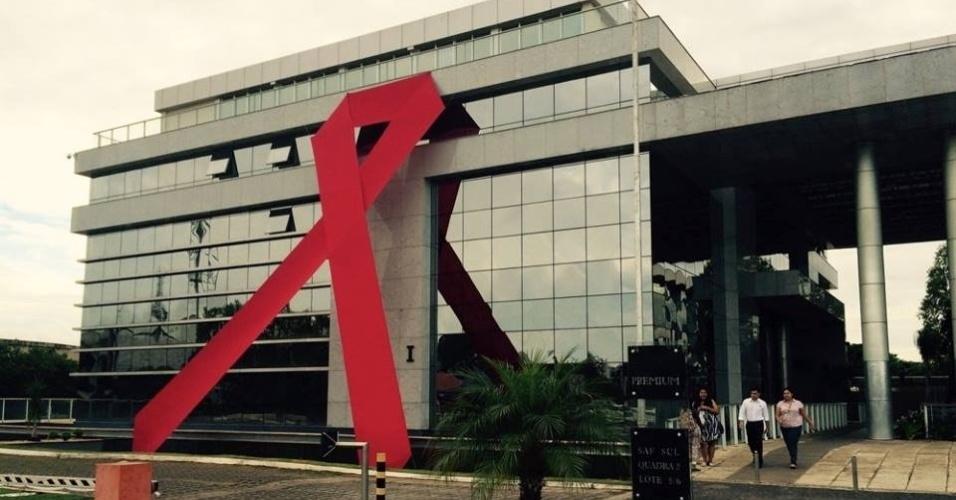 1ºdez.2015 - Laço vermelho gigante foi colocado na fachada do prédio do Departamento de DST, Aids e Hepatites Virais, do Ministério da Saúde, em Brasília (DF), no Dia Mundial de Luta contra a Aids