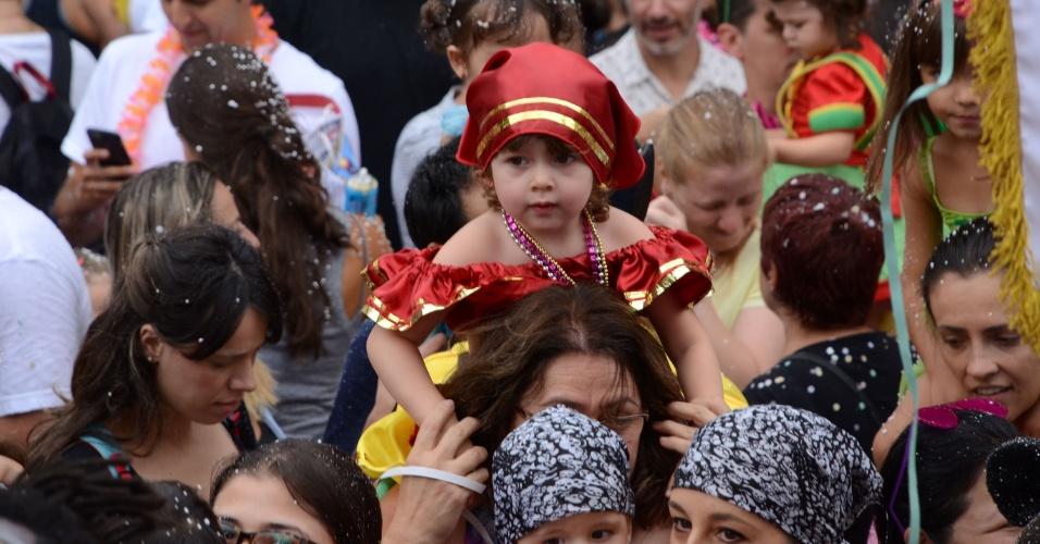 30.jan.2016 - Pais e filhos participam do desfie de carnaval do bloco infantil Mamãe eu Quero, na zona oeste de São Paulo (SP), neste sábado (30)