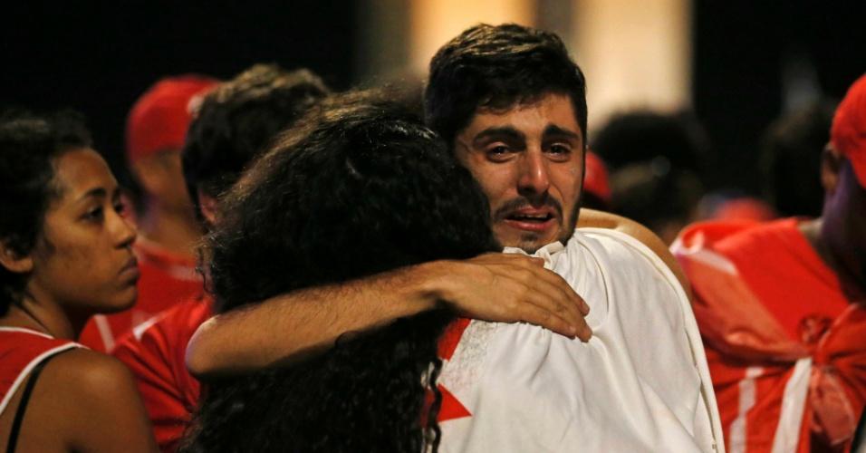 17.abr.2016 - Manifestantes se abraçam após resultado da votação da Câmara dos Deputados que aprovou a abertura do processo de impeachment da presidente Dilma Rousseff, em Brasília