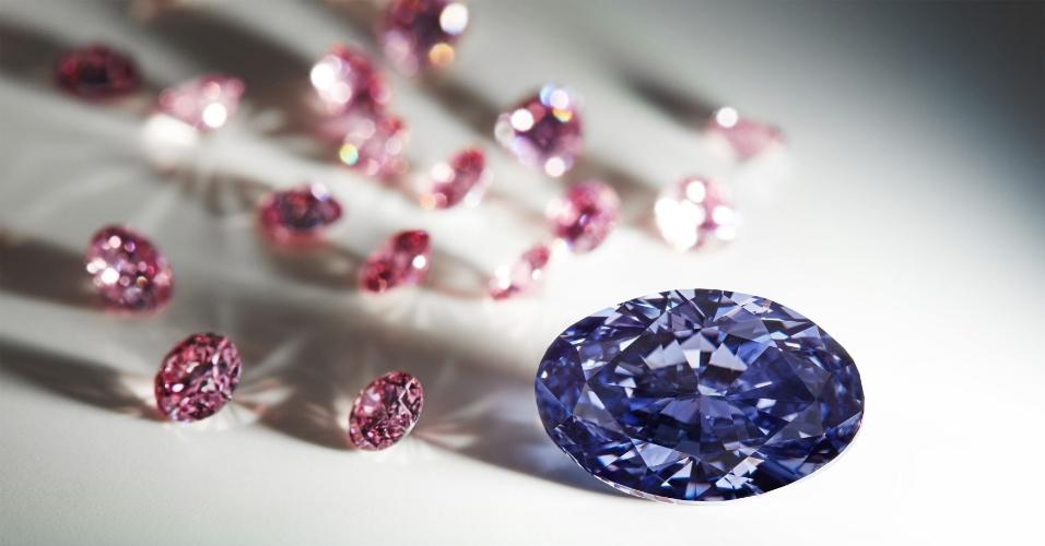 3.mai.2016 - A mineradora australiana Rio Tinto divulgou nesta terça-feira (3) imagens de um raro diamante violeta ao lado de outros diamantes rosas menores. A gema é a maior do tipo já encontrada pela empresa e será o principal destaque do catálogo deste ano