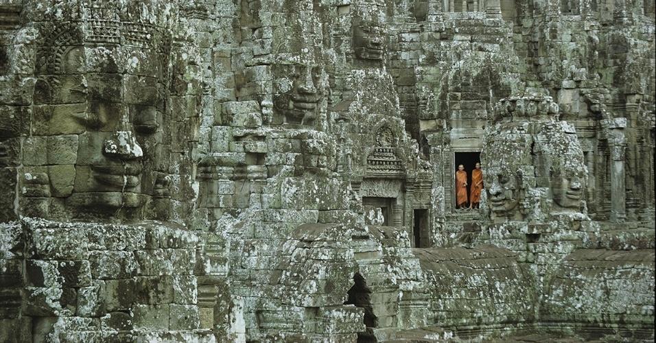 3.mai.2016 - Monges budistas parados à porta nas ruínas do Templo de Bayon, em Angkor Wat, no Camboja