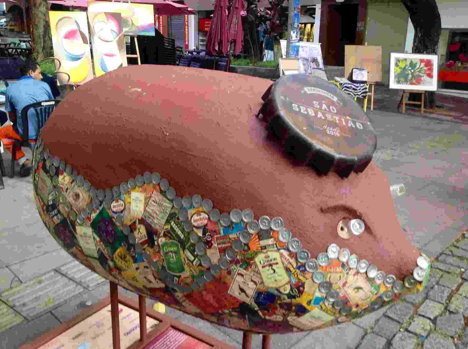 4.jun.2016 - Onze esculturas representando porcos, feitas por artistas plásticos mineiros utilizando lama de rejeitos de mineração do desastre de Mariana (MG), ocorrido em novembro de 2015, foram expostas na praça Diogo de Vasconcelos, na Savassi, área nobre de Belo Horizonte - Carlos Eduardo Cherem/UOL