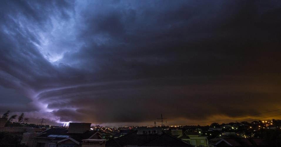 5.jun.2016 - O engenheiro Rafael Coutinho, 53, registrou algumas das microexplosões ocorridas durante a tempestade que provocou destruição em Campinas (a 93 quilômetros de São Paulo) entre a noite de sábado e a madrugada de domingo. Ao todo, 1.450 raios caíram na cidade em apenas sete horas