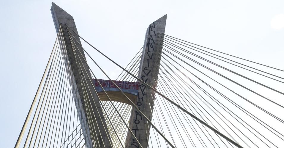27.jun.2016 - O topo da ponte estaiada Octávio Frias de Oliveira, na zona sul de São Paulo, amanheceu pichado com palavras em preto e vermelho