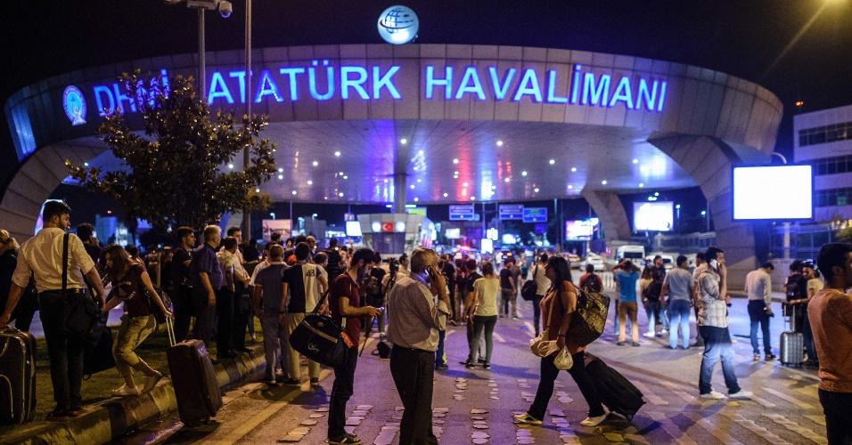 28.jun.2016 - Passageiros se concentram do lado de fora do aeroporto de Ataturk, em Istambul, na Turquia, após homens dispararem fuzis e depois se explodirem no local, matando dezenas de pessoas morreram e ferindo centenas