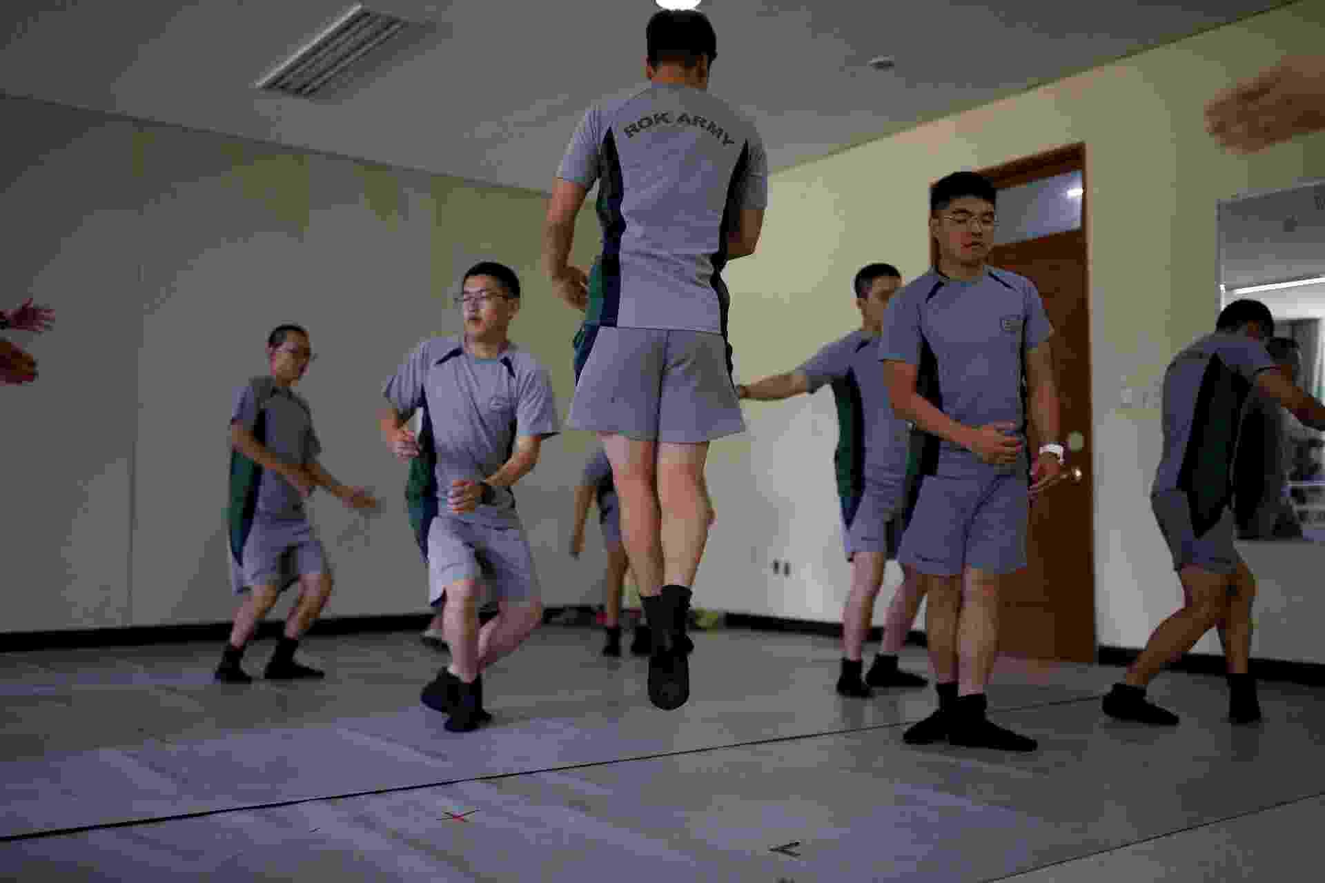 13.jul.2016 - Soldados do Exército da Coreia do Sul fazem aulas de balé para combater o estresse de patrulhar a fronteira com a Coreia do Norte - Kim Hong-Ji/Reuters