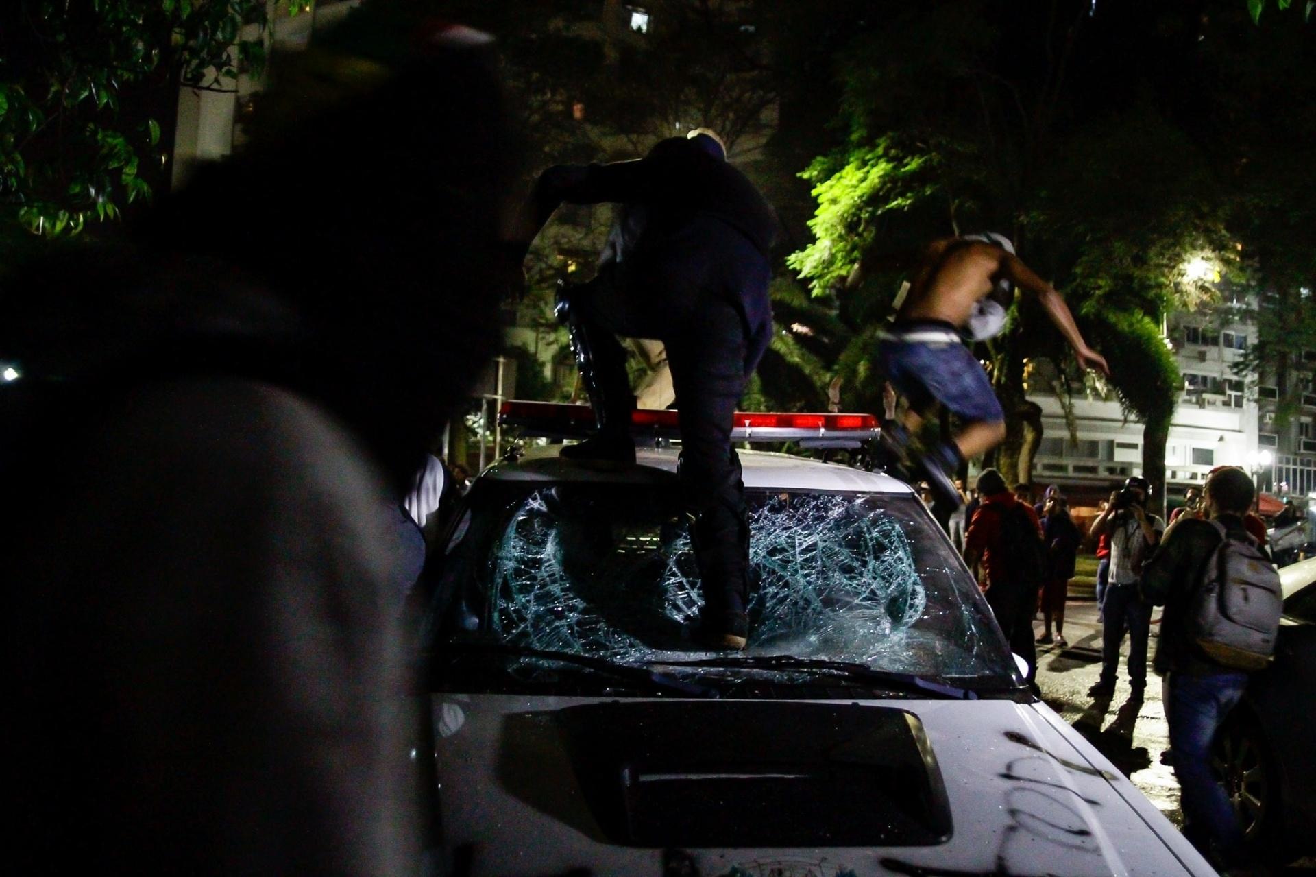 31.ago.2016 - Manifestantes contra o impeachment de Dilma Rousseff quebram carro de polícia durante ato na avenida Paulista, em São Paulo
