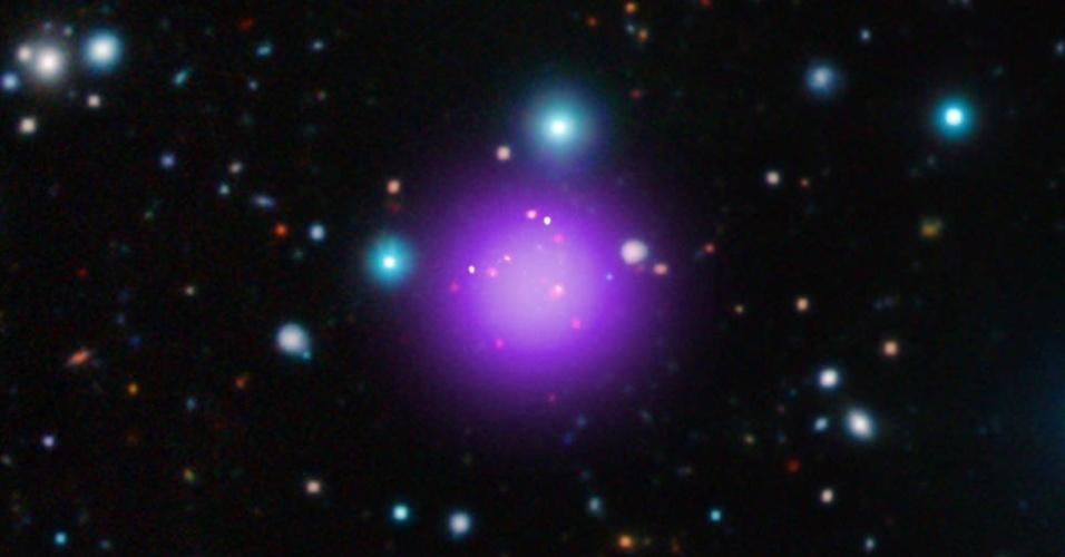 NOVO AGLOMERADO DE GALÁXIAS - A Nasa (Agência Espacial Americana) anunciou a descoberta de um aglomerado de galáxias. O CL J1001 + 0220 (ou CL J1001) está localizado a 11,2 bilhões de anos-luz da Terra e é o mais distante já descoberto. Os astrônomos realizaram a descoberta usando uma combinação de observações do observatório de raios-X Chandra e outros telescópios espaciais