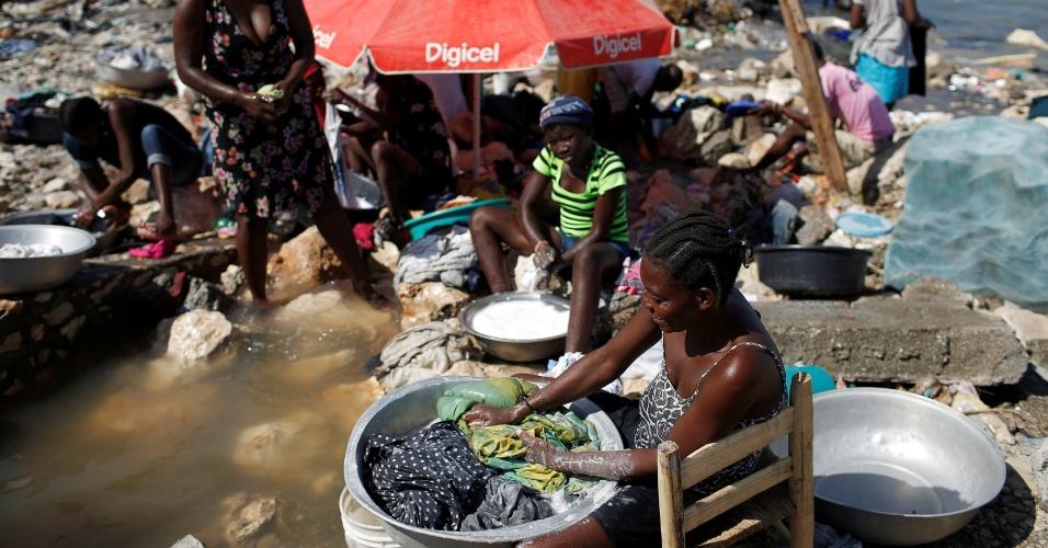 8.out.2016 - Mulheres lavam roupas em Jeremie, Haiti, após passagem do furacão Matthew