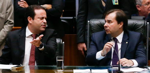 O líder do governo André Moura (PSC-SE), à esquerda, e o presidente da Câmara, Rodrigo Maia (DEM-RJ), durante a votação da PEC 241, a PEC do Teto