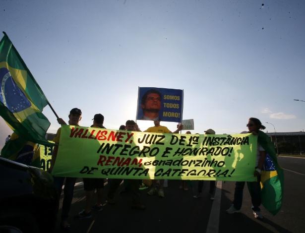 Manifestantes exibem faixa de protesto contra o presidente do Senado, Renan Calheiros (PMDB-AL), na lateral externa do Senado, em Brasília, nesta quarta-feira - André Dusek/Estadão  Conteúdo