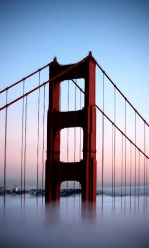 A ponte Golden Gate em São Francisco, EUA. Construída durante a crise de 1929 e terminada em 1937, este ícone se estende por 2,7 km por cima do estreito de Golden Gate