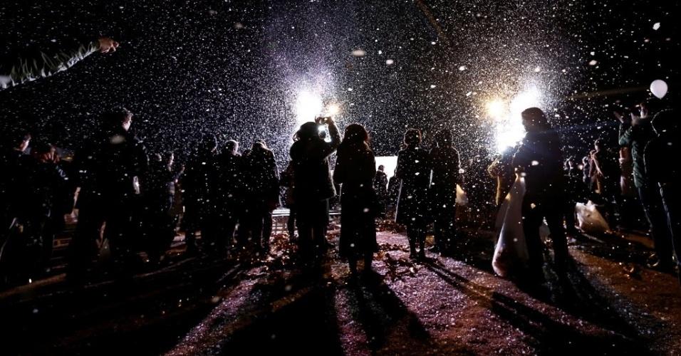 Cidade de Tóquio, no Japão, celebra a chegada do Ano-Novo com neve artificial