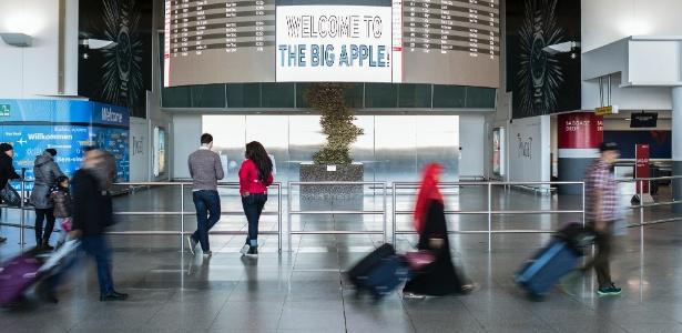 Passageiros circulam pelo aeroporto internacional John F. Kennedy, em Nova York