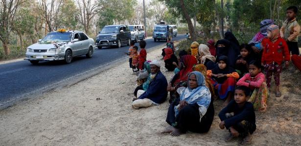 Refugiados rohingyas esperam por ajuda após fugir de Mianmar para Cox's Bazar, em Bangladesh