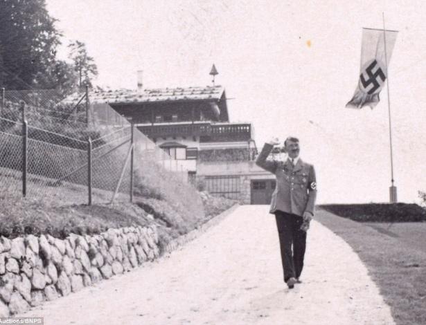 Um Adolf Hitler sorridente caminha nos arredores de Berghof