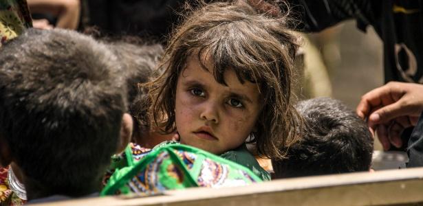 Crianças iraquianas que fugiram dos combates entre forças do governo e o Estado Islâmico são realocadas em Mossul