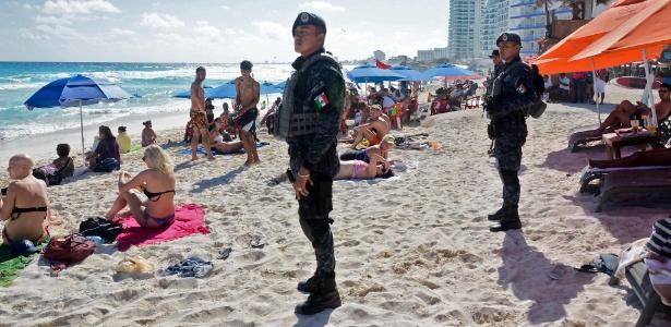 18.jan.2017 - Polícia federal mexicana patrulha praia de Cancún após a ocorrência de um tiroteio em uma danceteria de Playa del Carmen na noite anterior - AFP