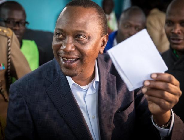 Uhuru Kenyatta mostra seu voto antes de depositá-lo em urna na eleição presidencial