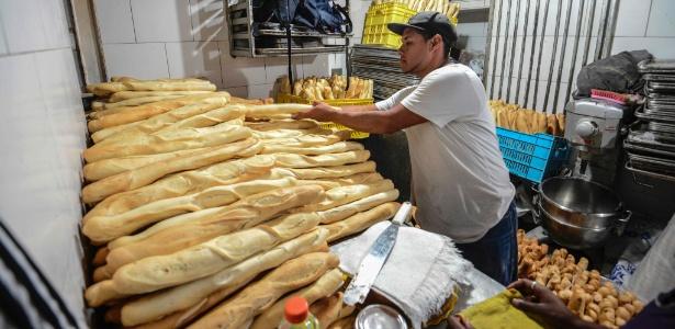 Padeiro manuseia canillas em uma padaria do governo venezuelano; o tradicional pão tem o preço controlado por Caracas - Juan Barreto/AFP