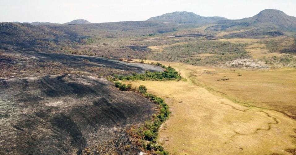 25.out.2017 - Foto mostra área queimada em incêndio na Chapada dos Veadeiros. A comunidade do entorno e pesquisadores que atuam na região suspeitam que o fogo possa ter sido uma forma de retaliação contra a ampliação do parque