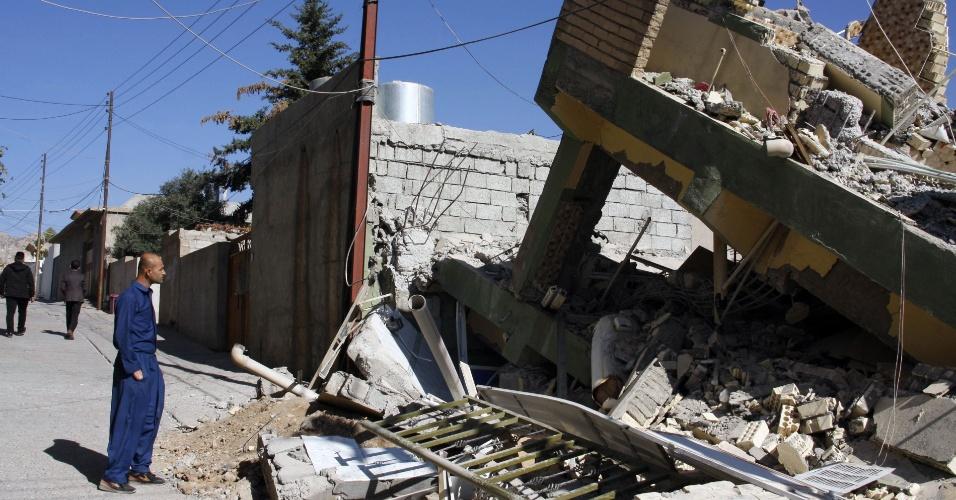 13.nov.2017 - Homem observa casa destruída por terremoto em Darbandikhan, no Iraque