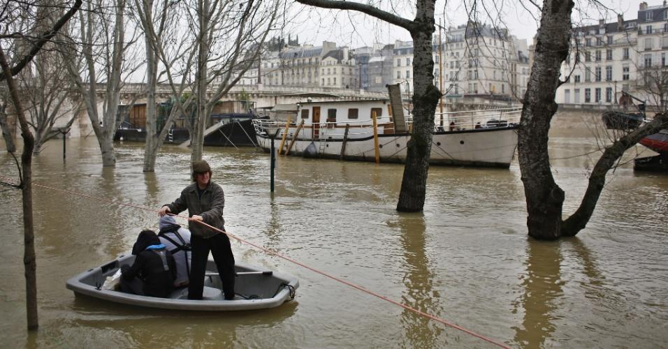 27.jan.2018 - Moradores de Paris, na França, usam botes para chegar até uma balsa no rio Sena. O aumento no nível do rio colocou a cidade em alerta para o risco de inundações