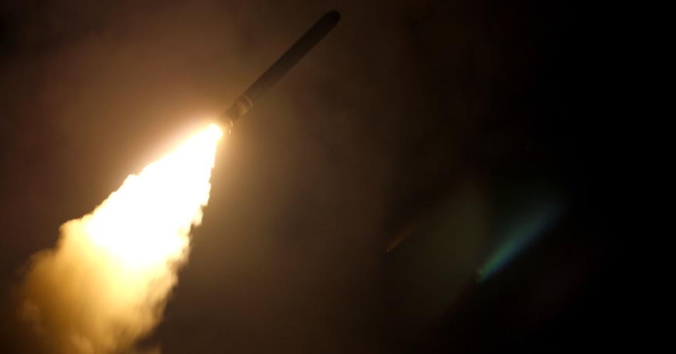 14,abr.2018 - Míssil  Tomahawk é lançado pela Marinha norte-americana do navio cruzador USS Monterey, na  madrugada deste sábado (14). Estados Unidos, França e Reino Unido realizaram  um ataque aéreo a Damasco, capital da Síria, após evidências de que a ditadura de Bashar Al Assad usou novamente armas químicas contra população em área controlada por rebeldes no país