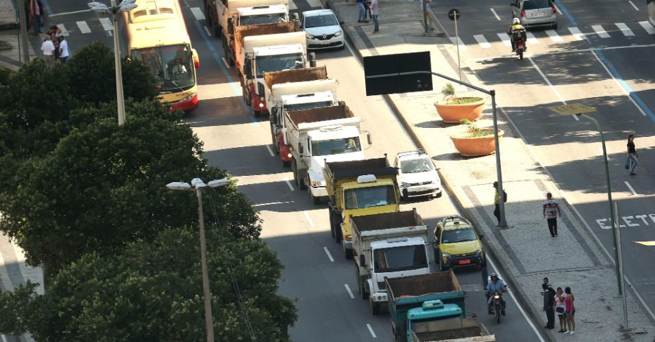 Caminhoneiros que protestam contra o aumento dos combustíveis levaram seu movimento ao centro do Rio de Janeiro no início da tarde desta segunda-feira, 21. Ao volante de cerca de 20 veículos de carga, com faróis e pisca-alertas acesos e tocando suas buzinas, por volta das 13 horas os profissionais desceram pela pista central da Avenida Presidente Vargas, no sentido Candelária