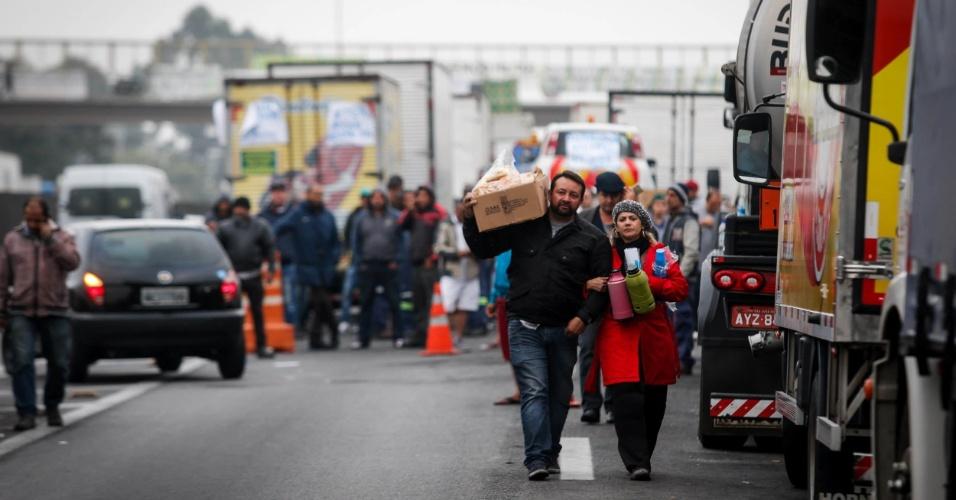 26.mai.2018 - Caminhões parados no km 280 da Rodovia Régis Bittencourt, altura de Embu das Artes, na Grande São Paulo, no sexto dia de paralisação dos caminhoneiros
