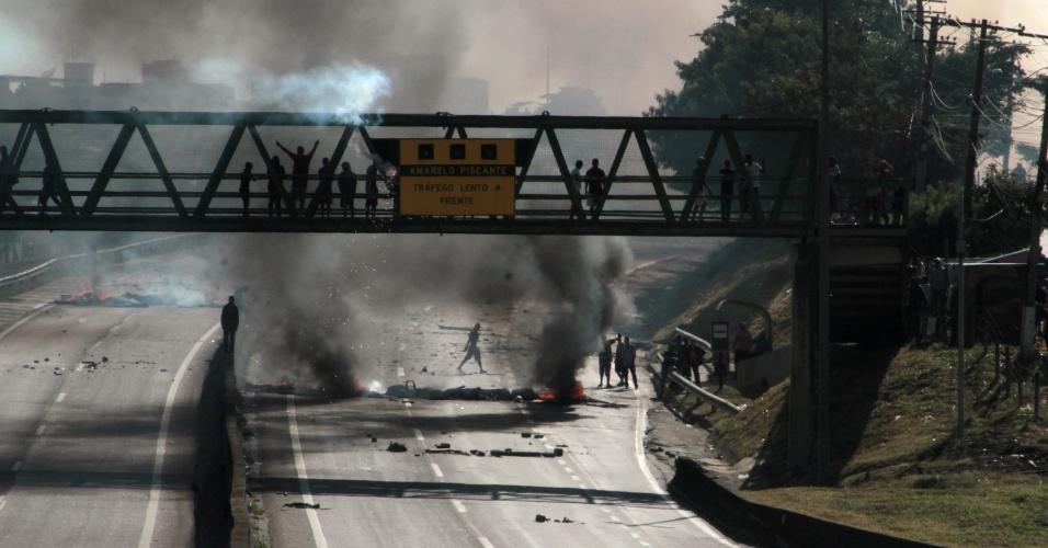 Manifestantes bloquearam os dois sentidos da rodovia Santos Dumont (SP-075), na altura do km 76, em Campinas (SP), na manhã desta segunda-feira (28). O protesto acontece em apoio à greve dos caminhoneiros. A rodovia segue bloqueada para que a Colinas, concessionária que administra o trecho, possa fazer a limpeza da via