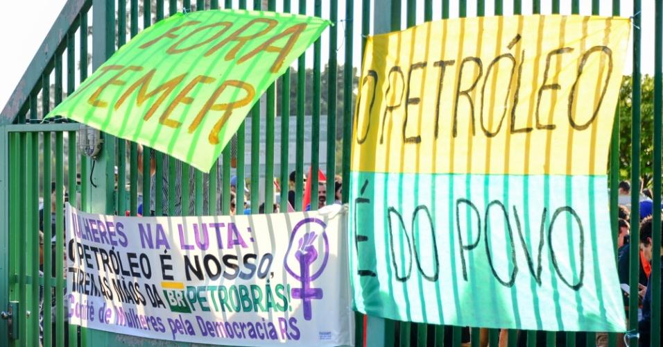 """Petroleiros em greve, juntamente com centrais sindicais, ocupam a frente da Refinaria Alberto Pasqualini (Refap), em Canoas, na região metropolitana de Porto Alegre (RS), na manhã desta quarta-feira (30). Tropas de Choque da Brigada Militar e do Exército acompanham de perto os manifestantes. A Federação Única dos Petroleiros (FUP) informou que a greve da categoria começou nos primeiros minutos desta quarta-feira (30), apesar de o Tribunal Superior do Trabalho (TST) ter considerado o movimento ilegal na véspera. Comunicado da FUP publicado pouco depois da 1h relata que os funcionários """"não entraram para trabalhar"""" em oito refinarias de São Paulo, Minas Gerais, Paraná, Rio Grande do Sul, Amazonas, Pernambuco. Também há paralisação, segundo a entidade, nos terminais de Suape (PE) e Paranaguá (PR)"""