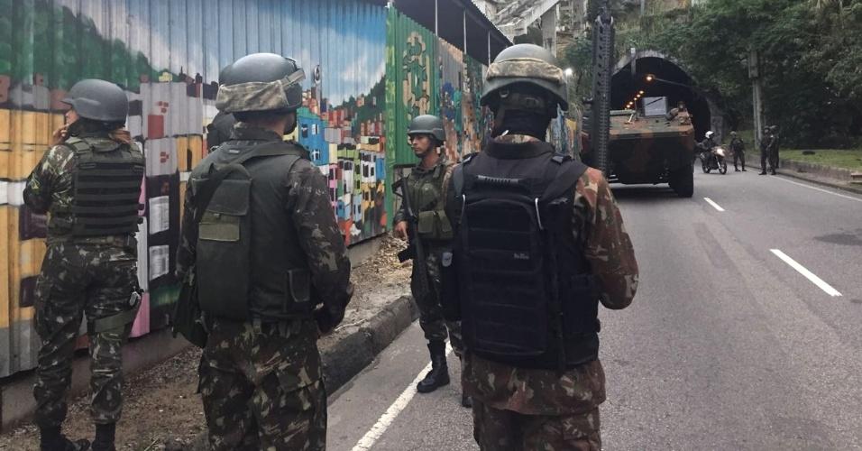 Militares recebidos a tiros | Intervenção faz operação na Rocinha pela primeira vez