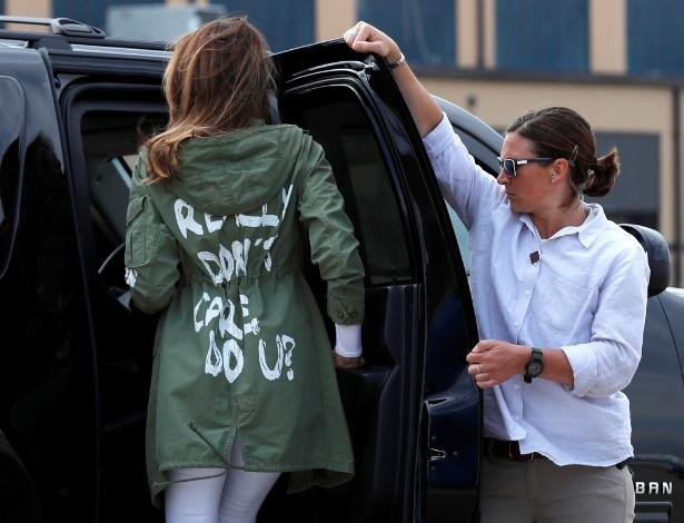 A primeira-dama dos EUA e sua jaqueta polêmica, durante visita a albergue na quinta - Kevin Lamarque/Reuters