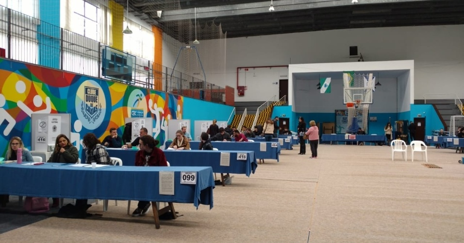 Clube Duque de Caxias, em Curitiba, local de votação do juiz Sérgio Moro, se prepara para receber os eleitores