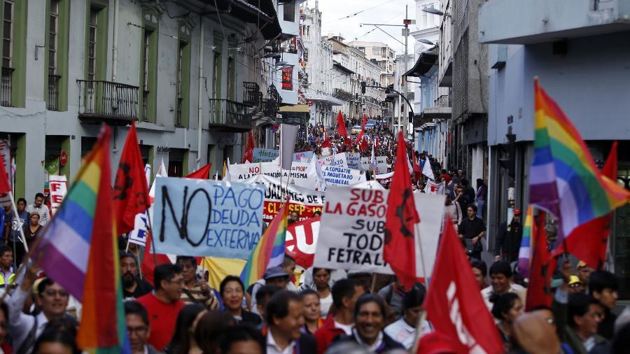 27.dez.2018 - Membros da Frente Unitária de Trabalhadores (FUT) em marcha em Quito nesta quinta (27) protestando contra as medidas econômicas do governo e o aumento dos preços dos combustíveis - Cristina Vega/AFP