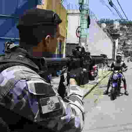 Polícia Militar em operação no Morro do Fallet  - BETINHO CASAS NOVAS/ESTADÃO CONTEÚDO