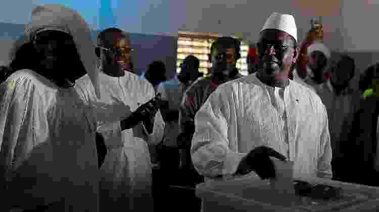 24.fev.2019 - Atual presidente de Senegal, Macky Sall, deposita seu voto em urna na eleição na qual concorre a um segundo mandato - Zohra Bensemra/Reuters - Zohra Bensemra/Reuters