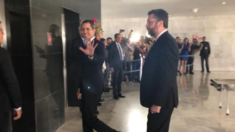28.fev.2019 - Juan Guaidó acena ao chegar para se reunir com o presidente Jair Bolsonaro - Luciana Amaral/UOL